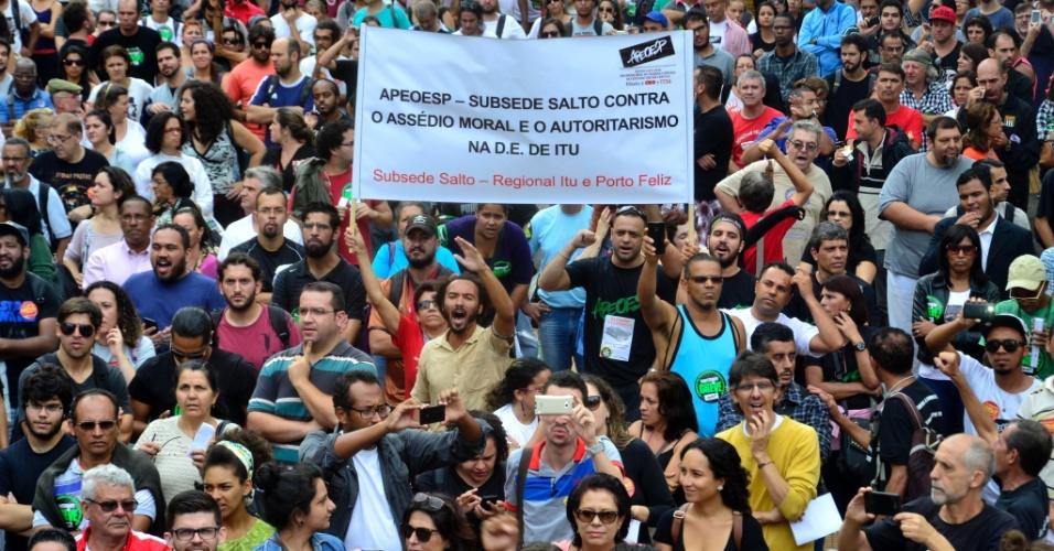 23.abr.2015 - Professores em greve da rede estadual de São Paulo se concentram na praça da República, na região central de São Paulo, durante a reunião de grevistas com o secretário Herman Voorwal. Não houve acordo entre a comissão da Apeoesp e o secretário em negociação ocorrida hoje