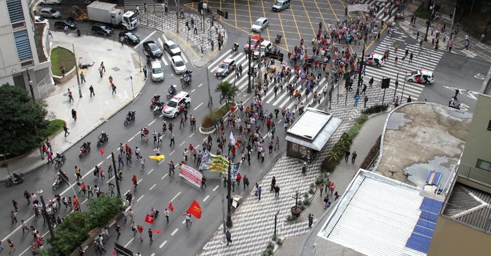 23.abr.2015 - Protesto de professores do Estado de São Paulo na região central da capital paulista. Os docentes seguem em direção à Câmara Municipal e à Praça da Sé