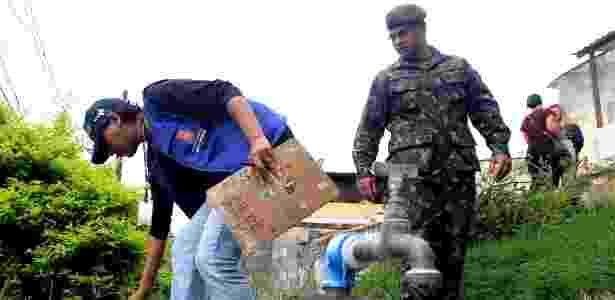 Soldados do Exército acompanham agentes de saúde durante inspeção no bairro do Limão, em São Paulo - Werther Santana/Estadão Conteúdo