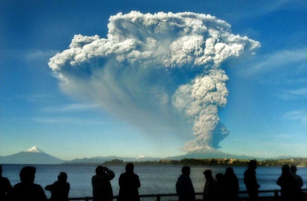 23.abr.2015 - Pedestres assistem a erupção do vulcão Calbuco, no Chile, nesta quarta-feira (22). Após mais de quatro décadas o vulcão entrou em erupção obrigando os moradores de povoados próximos a deixarem suas casas