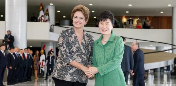 24.abr.2015 - A então presidente Dilma Rousseff recebe a governante sul-coreana, Park Geun-hye