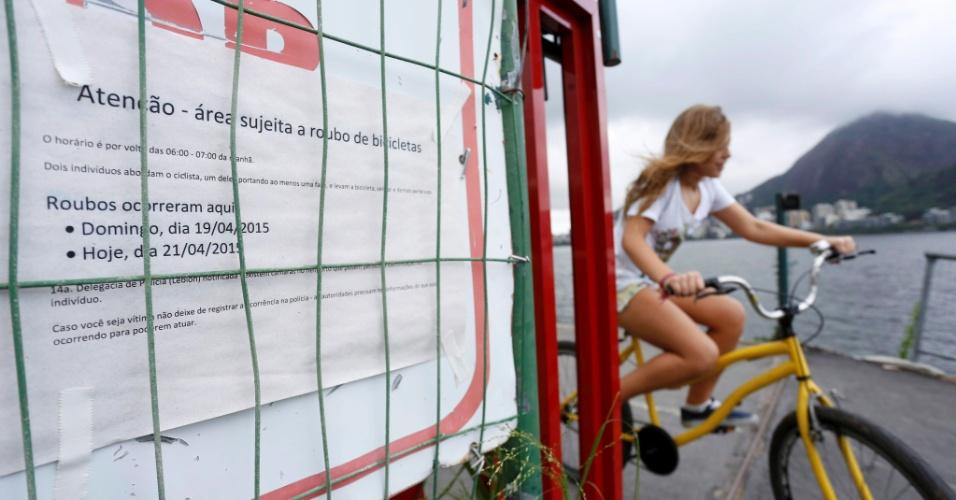 24.abr.2015 - Cansados da rotina de assaltos, moradores da Lagoa, na zona sul do Rio de Janeiro, decidiram afixar mensagens ao longo da ciclovia próxima ao Parque dos Patins para alertar ciclistas e transeuntes sobre o risco de roubos e outros atos de violência