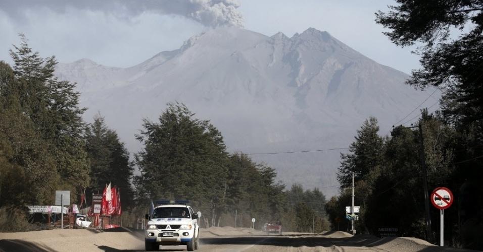 24.abr.2015 - Carro de polícia passa por uma rua coberta por cinzas expelidas pelo vulcão Cabulco, em Ensenada, na região dos Lagos, no sul do Chile, nesta sexta-feira (24). O vulcão entrou em erupção na última quarta-feira (22) e continua instável, expulsando fumaças e cinzas, por isso que não se pode descartar que haja uma nova explosão, disseram as autoridades nesta sexta-feira (24)