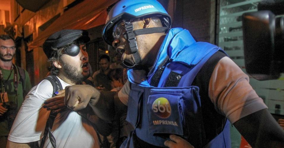 24.abr.2015 - Cerca de 70 pessoas com camiseta preta e adesivo da Apeoesp cercaram e agrediram profissionais que faziam a cobertura da manifestação dos docentes na tarde desta sexta-feira