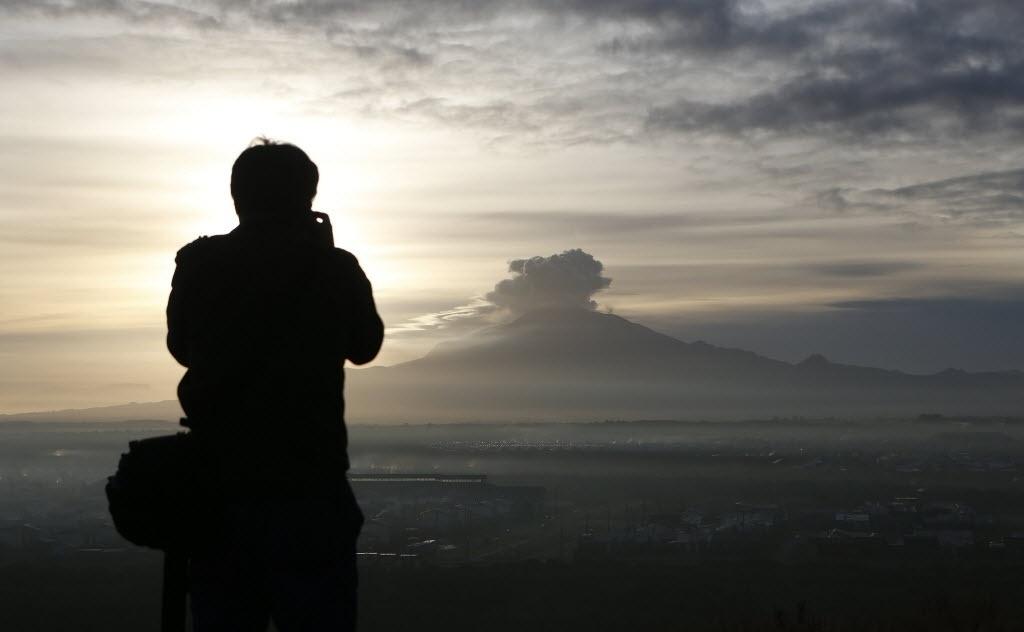 24.abr.2015 - Fotógrafo faz imagens do vulcão Calbuco, da cidade de Puerto Varas, na região de Los Lagos, no sul do Chile. O vulcão entrou em erupção na última quarta-feira (22) e continua instável, expulsando fumaças e cinzas, por isso que não se pode descartar que haja uma nova explosão, disseram as autoridades nesta sexta-feira (24)