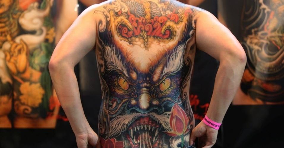 24.abr.2015 - Homem mostra tatuagem durante a 5ª Convenção Internacional de Tatuagem do Nepal. Mais de 150 artistas de diferentes países participaram do evento que dura três dias