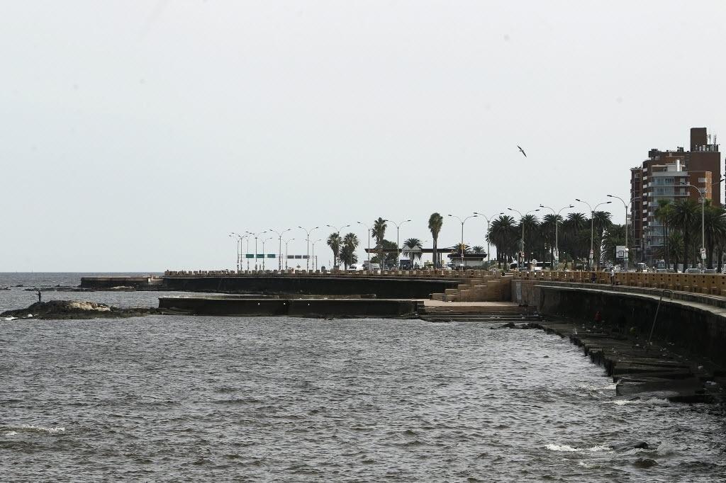 24.abr.2015 - O céu ficou nublado na Praia Ramírez, em Montevidéu, Uruguai, nesta sexta-feira (24). Segundo Inumet (Instituto Uruguaio de Meteorologia), na faixa costeira do rio da Prata se observa a presença de uma nebulosidade residual, vinculada à dispersão de cinzas vulcânicas, a mais de 6.000 metros de altura, procedente da erupção do vulcão chileno Calbuco