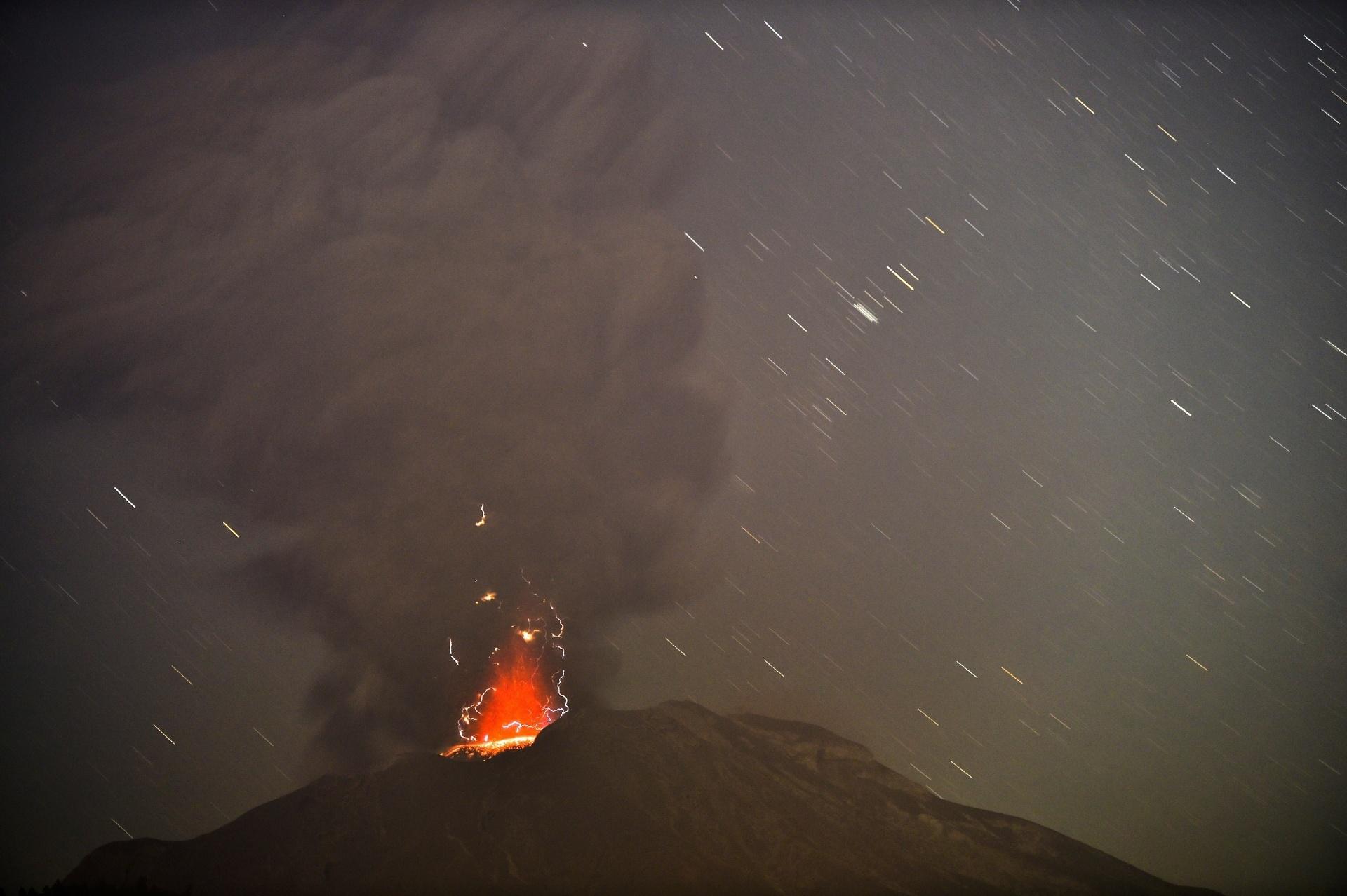 24.abr.2015 - O vulcão Calbuco expele cinzas em foto feita de Puero Varas, no sul do Chile, nesta sexta-feira (24). O vulcão entrou em erupção na última quarta-feira (22) e continua instável, expulsando fumaças e cinzas. Especialistas afirmam que não se pode descartar uma nova explosão