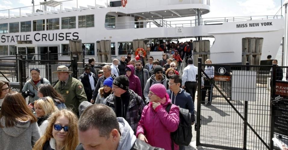 24.abr.2015 - Passageiros desembarcaram de ferry boat vindos da ilha da estátua da Liberdade após a polícia ser informada de uma pacote suspeito nesta sexta-feira (24)