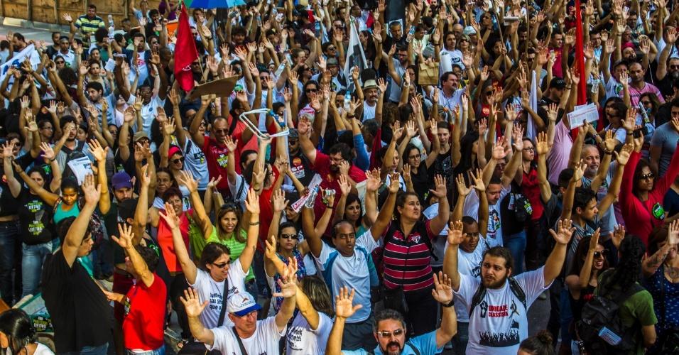 24.abr.2015 - Professores da rede estadual de São Paulo aprovam a continuidade da greve da categoria, que já dura 42 dias