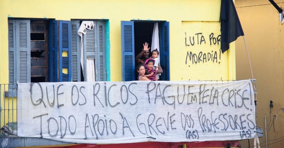 24.abr.2015 - Professores da rede estadual de São Paulo aprovam a continuidade da greve da categoria, que já dura 42 dias, e seguem em caminhada até a praça da República
