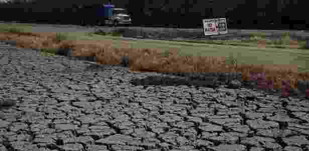 Terra rachada é fotografada ao lado de um pomar de amêndoas em Lynwood, Califórnia - Justin Sullivan/Getty Images/AFP