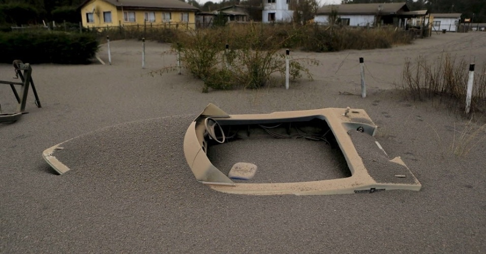 24.abr.2015 - Um barco fica coberto por cinzas no quintal de uma casa em Puerto Varas, no Chile, após a erupção do vulcão Calbuco
