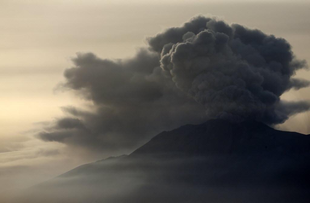 24.abr.2015 - Uma coluna de fumaça e cinza sai do vulcão Calbuco, visto da cidade de Puerto Varas, na região de Los Lagos, no sul do Chile, nesta sexta-feira (24). O vulcão entrou em erupção na última quarta-feira (22) e continua instável, expulsando fumaças e cinzas, por isso que não se pode descartar que haja uma nova explosão, disseram as autoridades nesta sexta-feira (24)