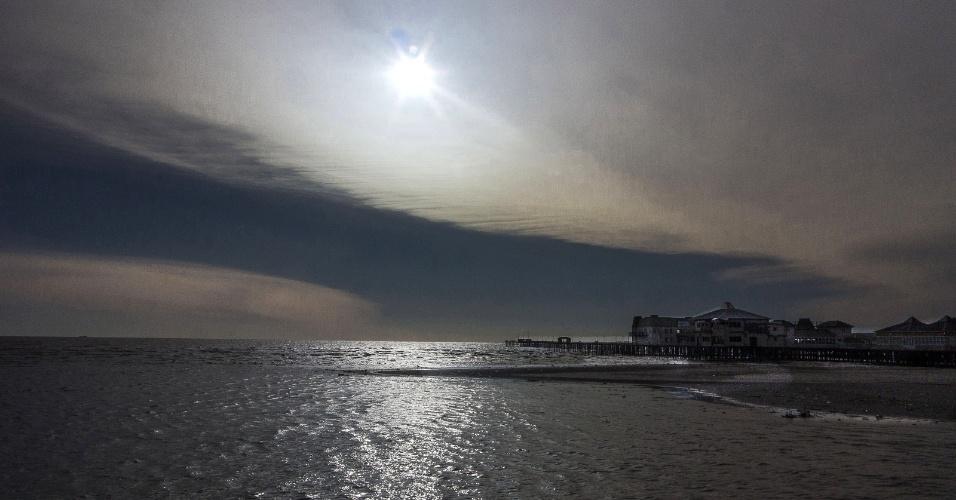 24.abr.2015 - Uma nuvem de cinzas se aproxima da costa de Buenos Aires, na Argentina, nesta sexta-feira (24). Partículas das cinzas foram expelidas pelo vulcão Calbuco, no sul do Chile, que entrou em erupção na quarta-feira (24)
