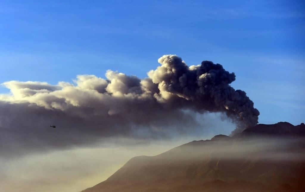 24.abr.2015 - Vulcão Calbuco, em Puerto Varas, Chile, expele fumaça e cinzas. O governo chileno manteve o estado de exceção e catástrofe nas localidades próximas ao vulcão, após as duas erupções registradas nos últimos dias, que obrigaram a retirada de 4.433 pessoas da região