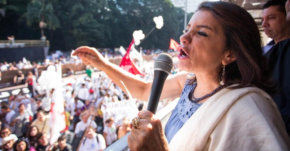 A presidente da Apeoesp, Maria Izabel Azevedo Noronha, conhecida como Bebel, durante assembleia da categoria na avenida Paulista, que decidiu dar continuidade à greve da categoria, que já dura 42 dias