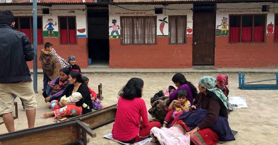 25.abr.2015 - Moradores de Katmandu se refugiam em escola depois de um terremoto de magnitude 7,8 atingir a capital do Nepal. Os tremores tiveram o epicentro registrado a 80 km de Katmandu e a 15 km de profundidade, segundo o Serviço Geológico dos EUA (USGS, na sigla em inglês)