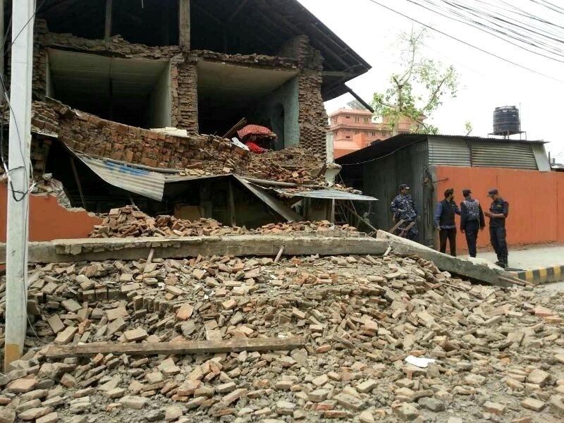 25.abr.2015 - Autoridades observam edifício desabado em Katmandu, depois de um terremoto de magnitude 7,8 atingir a capital do Nepal. Os tremores tiveram o epicentro registrado a 80 km de Katmandu e a 15 km de profundidade, segundo o Serviço Geológico dos EUA (USGS, na sigla em inglês). O centro do Nepal e o norte da Índia foram afetados por volta de 3h30 (horário de Brasília), com desabamentos e centenas de mortes