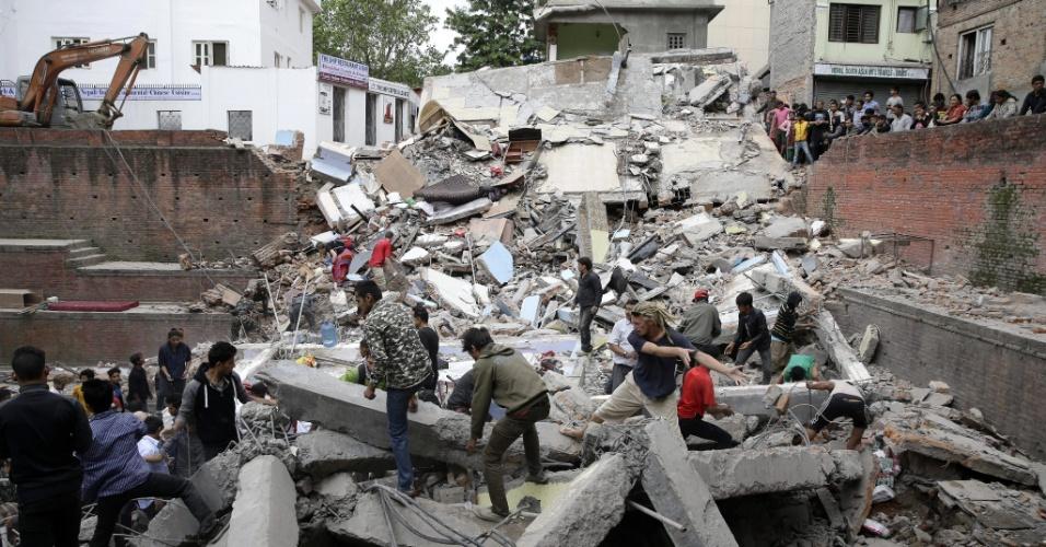 25.abr.2015 - Moradores buscam sobreviventes de prédio destruído em Katmandu após um terremoto de magnitude 7,8 atingir a capital do Nepal. Os tremores, com epicentro a 80 km de Katmandu e a 15 km de profundidade, segundo o Serviço Geológico dos EUA (USGS na sigla em inglês), abalaram o centro do Nepal e o norte da Índia, sendo sentido ainda no Paquistão e Bangladesh. Centenas de pessoas morreram