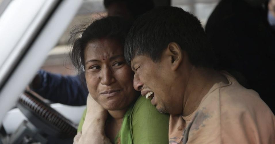 25.abr.2015 - Parentes de vítimas do terremoto no Nepal se emocionam em Katmandu, onde centenas de pessoas morreram neste sábado (25). Vários prédios desabaram na cidade, e também houve estragos no Vale de Katmandu, região que concentra milhares de habitantes. Com magnitude 7,8, o terremoto teve o epicentro registrado a cerca de 80 km da capital do Nepal e também foi sentido na Índia, Paquistão e Bangladesh