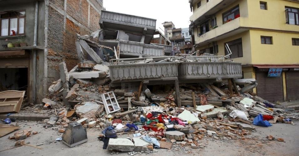 25.abr.2015 - Prédio fica totalmente destruído em Katmandu, capital do Nepal, país atingido por fortes tremores neste sábado. Centenas de pessoas morreram e vários imóveis desabaram com o abalo sísmico de magnitude 7,8, que já é considerado o pior no país desde 1934