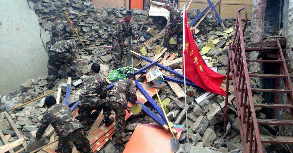 25.abr.2015 - Soldados chineses continuam a missão de resgate no condado de Nyalan, no Tibete. Os tremores ocorreram por volta de 3h30 (horário de Brasília), com epicentro a 80 km da capital, Katmandu, e a 15 km de profundidade. O ministro da Informação do Nepal informou que cerca de 2,5 milhões de pessoas vivem na área atingida pelo terremoto