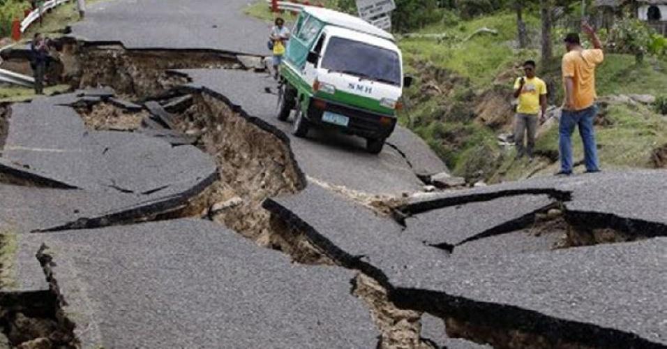 25.abr.2015 - Trecho de estrada em Katmandu fica destruído após o terremoto que atingiu o Nepal e países vizinhos neste sábado (25). Centenas de pessoas morreram, e várias construções desabaram