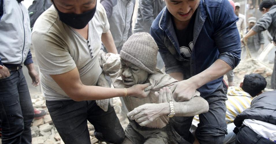 25.abr.2015 - Vizinhos retiram um homem dos escombros de prédio destruído em Katmandu após um terremoto de magnitude 7,8 atingir a capital do Nepal. Os tremores tiveram o epicentro registrado a 80 km de Katmandu e a 15 km de profundidade, segundo o Serviço Geológico dos EUA (USGS, na sigla em inglês). O centro do Nepal e o norte da Índia foram afetados por volta de 3h30 (horário de Brasília), com desabamentos e centenas de mortes. Paquistão e Bangladesh também registraram tremores