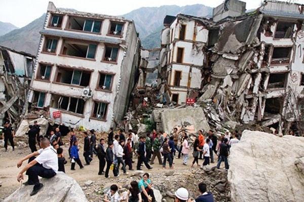 25.abr.2015 - Moradores se reúnem do lado de fora de edifícios severamente afetados pelo terremoto de magnitude 7.8 que atingiu Katmandu na manhã deste sábado (25). Durante o dia, o número de mortos foi sendo atualizado, chegando a quase 2.000 mortos, segundo o ministério do Interior do Nepal, neste domingo, no abalo sísmico mais violento do país em 80 anos
