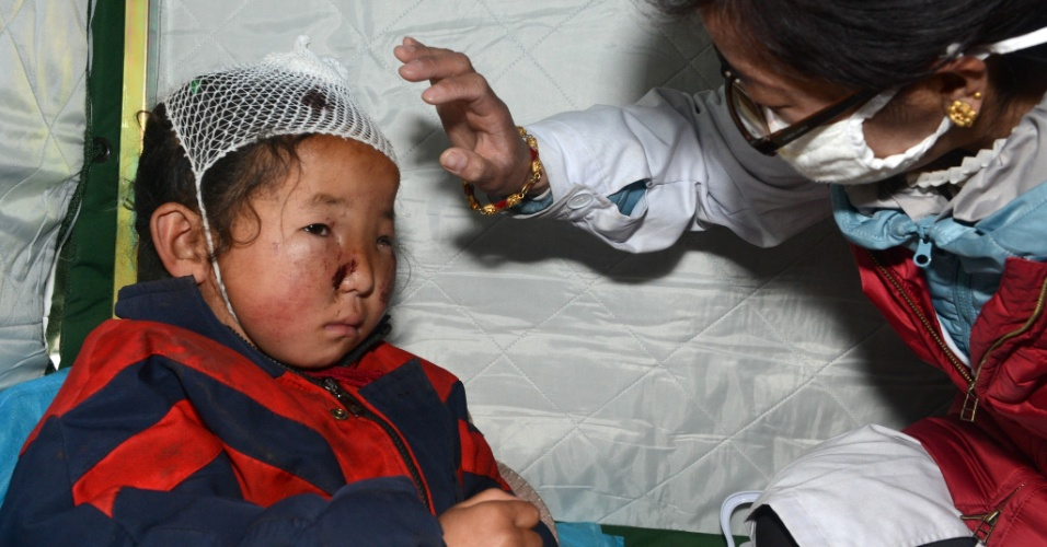 26.abr.2015 - Criança recebe tratamento médico em hospital do condado de Nyalam, no Tibete (China), nesta manhã. O número de mortos no Tibete em decorrência do forte terremoto com epicentro no Nepal, vizinho da China, subiu para 17. No Nepal, mais de 1.800 pessoas morreram na maior tragédia do tipo em 81 anos