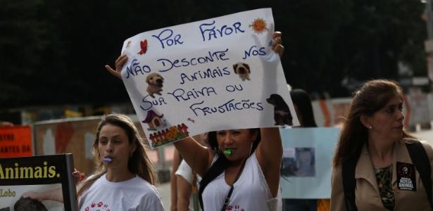 26.abr.2015 - Ativistas protestam contra maus tratos aos animais na avenida Paulista, em São Paulo (SP), neste domingo (26)