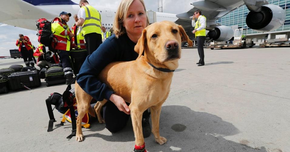 26.abr.2015 - Cão da instituição de resgate alemã ISAR (International Search and Rescue) aguarda no aeroporto de Frankfurt, na Alemanha, para embarcar para o Nepal em uma missão de apoio ao país que sofreu o pior abalo sísmico desde 1934