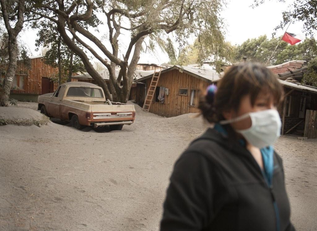 26.abr.2015 - Chilena observa as ruas cobertas por cinzas do vulcão Calbuco, em La Enseada, neste domingo (26). Inativo há mais de 50 anos, o vulcão entrou em erupção na semana passada e forçou mais de 6.500 pessoas a deixarem suas casas