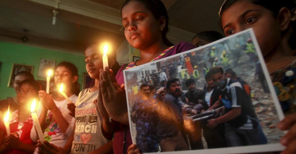 26.abr.2015 - Em homenagem às vítimas do terremoto que devastou o Nepal, jovens acendem velas em Agartala, na Índia. Foi o pior abalo sísmico do país desde 1934. Países vizinhos, como Índia, Paquistão, Bangladesh e China, também foram afetados pelo tremor