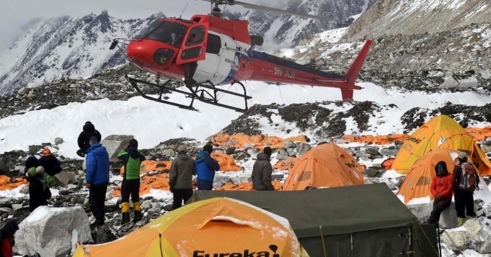 26.abr.2015 - Helicóptero se prepara para pousar e carregar um ferido no Acampamento Base do monte Everest, nesta manhã, um dia depois que uma avalanche provocada pelo forte terremoto que atingiu o Nepal devastar o acampamento. Equipes de resgate em todo o país buscam sobreviventes do tremor que já causou a morte de quase 2.000 pessoas