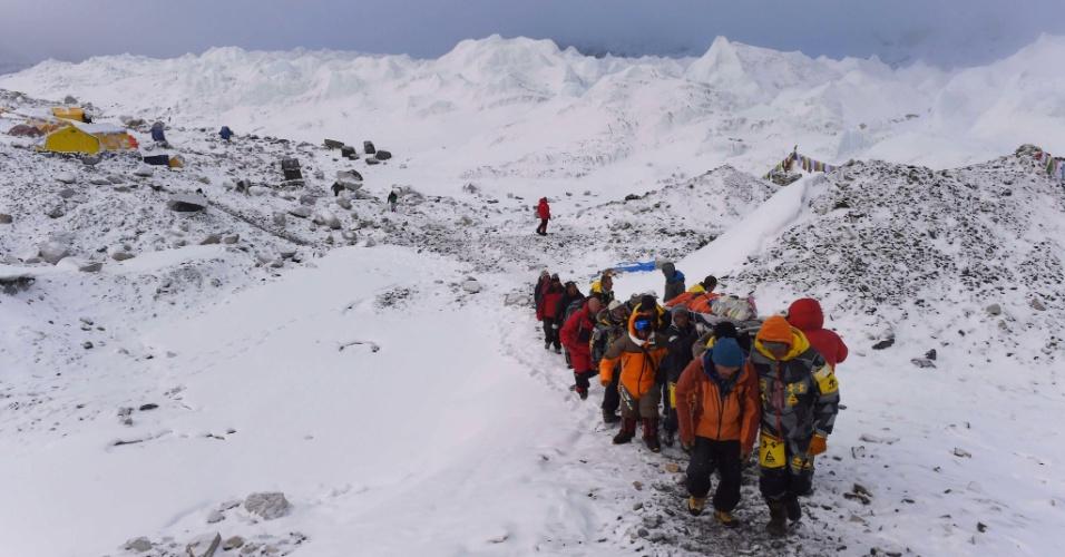 26.abr.2015 - Homem ferido é carregado por colegas ao Acampamento Base do monte Everest, nesta manhã, para ser resgatado por helicóptero um dia depois que uma avalanche provocada pelo forte terremoto que atingiu o Nepal devastar o acampamento. Equipes de resgate em todo o país buscam sobreviventes do tremor que já causou a morte de quase 2.000 pessoas