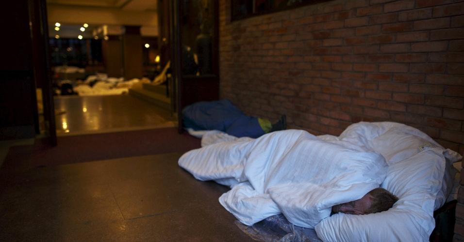 26.abr.2015 - Hóspede de hotel dorme do lado de fora do edifício na madrugada desta segunda-feira (27) em Katmandu, no Nepal