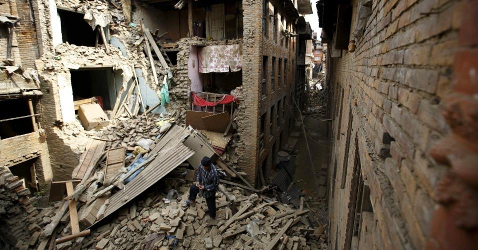 26.abr.2015 - Moradores buscam membros da família presos nos escombros de casas desabadas durante o terremoto que atingiu Bhaktapur e demais cidades do Nepal no sábado de manhã. As equipes de resgate cavam com as mãos, enquanto o número de mortos continua subindo. A polícia nepalesa calcula em 1.900 mortos em todo o país