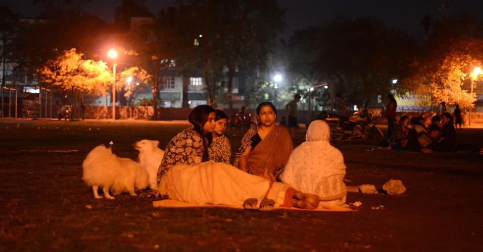 26.abr.2015 - Moradores da cidade de Siliguri, na Índia, descansam e dormem em um campo de futebol. Grupos de ajuda internacional intensificaram os esforços para encontrar sobreviventes do terremoto de 7,8 graus de magnitude