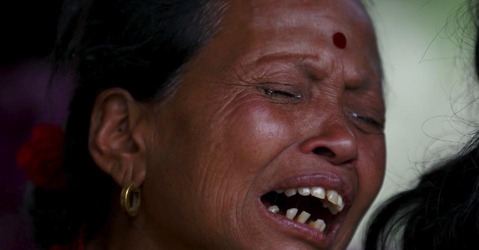 26.abr.2015 - Mulher se desespera ao saber da morte de um membro família em Bhaktapur, Nepal, um dia após o pior abalo sísmico do país desde 1934
