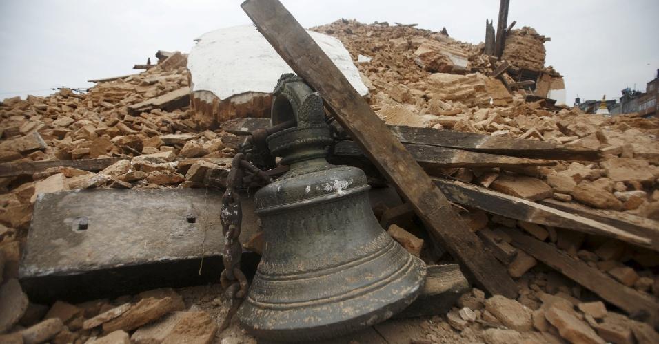 26.abr.2015 - O sino de um templo é encontrado em meio aos escombros de um templo que desabou após um forte terremoto em Kathmandu, Nepal. O tremor de magnitude 7.8 foi o pior abalo sísmico do país desde 1934