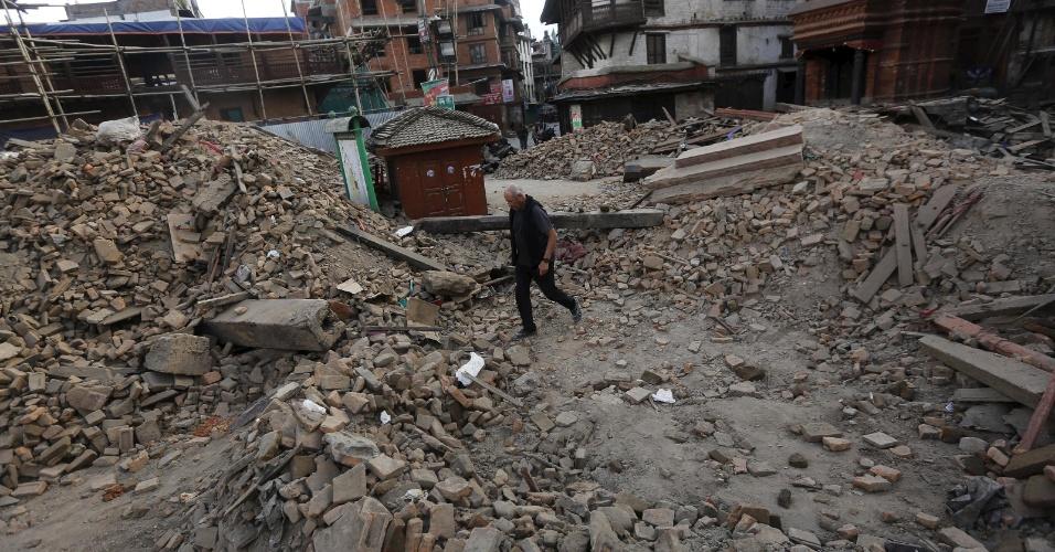 26.abr.2015 - Turista caminha em meio aos escombros de um templo, em Katmandu, no Nepal um dia após um terremoto de magnitude 7.8 atingir o Nepal -- o pior abalo sísmico do país desde 1934. Países vizinhos, como Índia, Paquistão, Bangladesh e China, também foram afetados pelo tremor