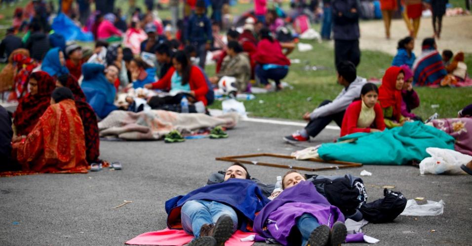 26.abr.2015 - Turistas e moradores dormem em área ao ar livre de Katmandu neste domingo, um dia após 40% do Nepal ser abalado por um terremoto de magnitude 7,8 que pode ter causado milhares de mortes. Na manhã deste domingo a polícia calculava em 1.900 mortos