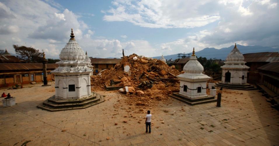 26.abr.2015 - Turistas observam os destroços de um dos templos mais antigos de Katmandu que foi destruído após o terremoto que devastou o país no último sábado (25)