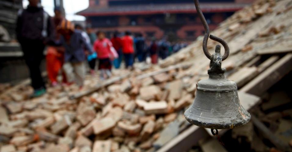 26.abr.2015 -  Um sino antigo é encontrado em meio aos destroços que tomaram conta da Praça Durbar, em Patan (Nepal), um dia após o pior abalo sísmico do país desde 1934