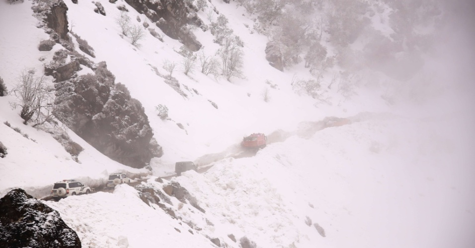 26.abr.2015 - Veículos levam suprimentos para as áreas afetadas no condado de Gyirong, no Tibete. O número de mortos na região subiu para 17, disseram neste domingo as autoridades locais