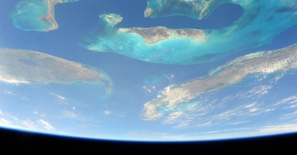 26.abr.2015 - O astronauta Scott Kelly, tripulante da ISS (Estação Espacial Internacional), mostra a ilha de Bahamas vista do espaço para sua filha mais nova durante sua primeira conversa em vídeo com ela