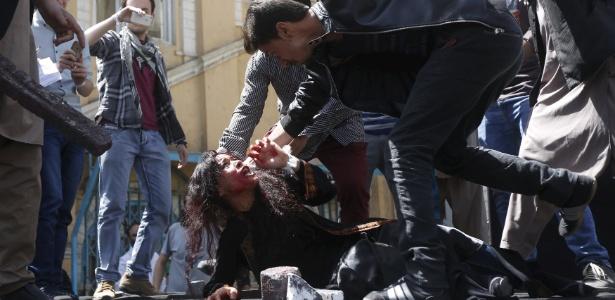 Artistas afegãos encenam o linchamento de Farkhunda, de 27 anos, em um protesto contra a morte da mulher, no dia 27 de abril, em Cabul. Farkhunda foi morta em março em frente à polícia após ser acusada, injustamente, de queimar o Alcorão, livro sagrado para os mulçumanos - Omar Sobhani/Reuters
