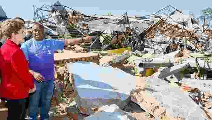27.abr.2015 - Em visita ao município de Xanxerê (SC), a presidente Dilma Rousseff observa os estragos provocados pelo tornado que devastou a cidade do interior catarinense. Dilma conversou com Valdir Marical, professor que ajudou a salvar 28 adolescentes dos times juvenis de vôlei e futsal que treinavam no ginásio Ivo Sguissardi no momento da tragédia - Roberto Stuckert Filho/PR
